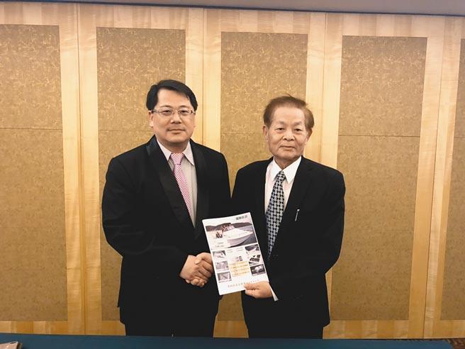 氫淼科技黃文啓(左)與偉馳董事長吳宗興(右)產品合作上市簽約,強強聯手,透過新能源搶進雙燃料高級遊艇市場。圖/郭文正