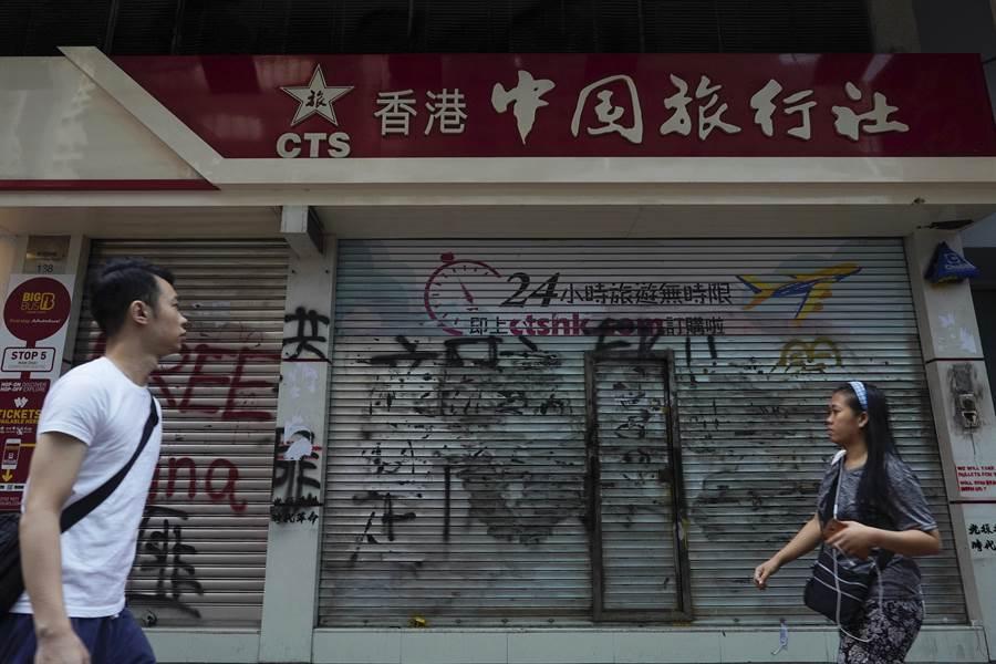 香港反送中示威已長達4個月,旅遊與零售業大受影響,未來可能會調低官訂最低工資。(圖/美聯社)