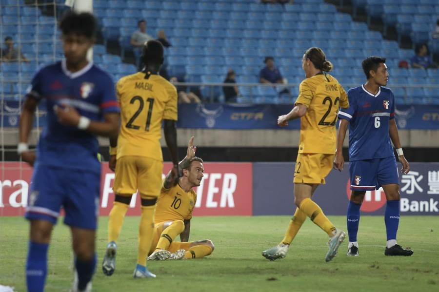 澳洲前鋒塔加特(下)開賽12分鐘以魚躍頭槌先頂開中華隊大門。(李弘斌攝)