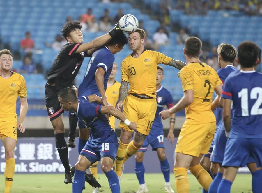 中華隊門神潘文傑雙拳阻止澳洲攻門。(李弘斌攝)