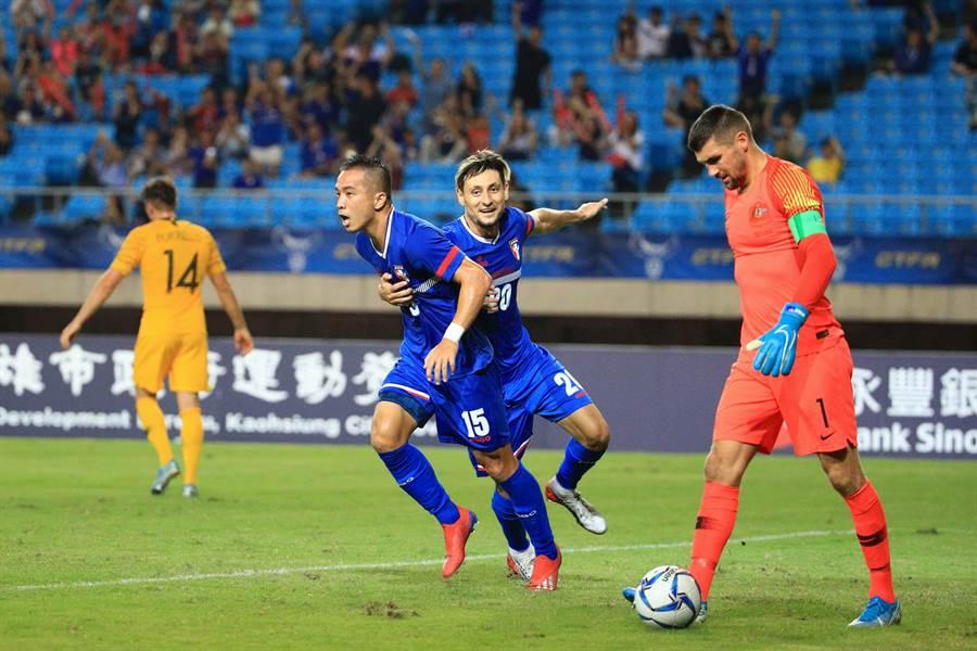 陳毅維(左)以魚躍頭槌精彩頂破澳洲大門,隊友朱恩樂上來擁抱慶祝。(中華足協提供/李弘斌傳真)