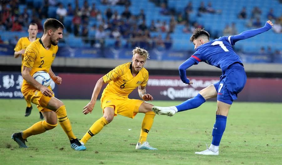 中華隊替補左翼沈子貴(右)終場前在禁區內起右腳勁射,球打中澳洲後衛德傑內克(左)的腹部與左手位置,但裁判並未吹判12碼球。(李弘斌攝)