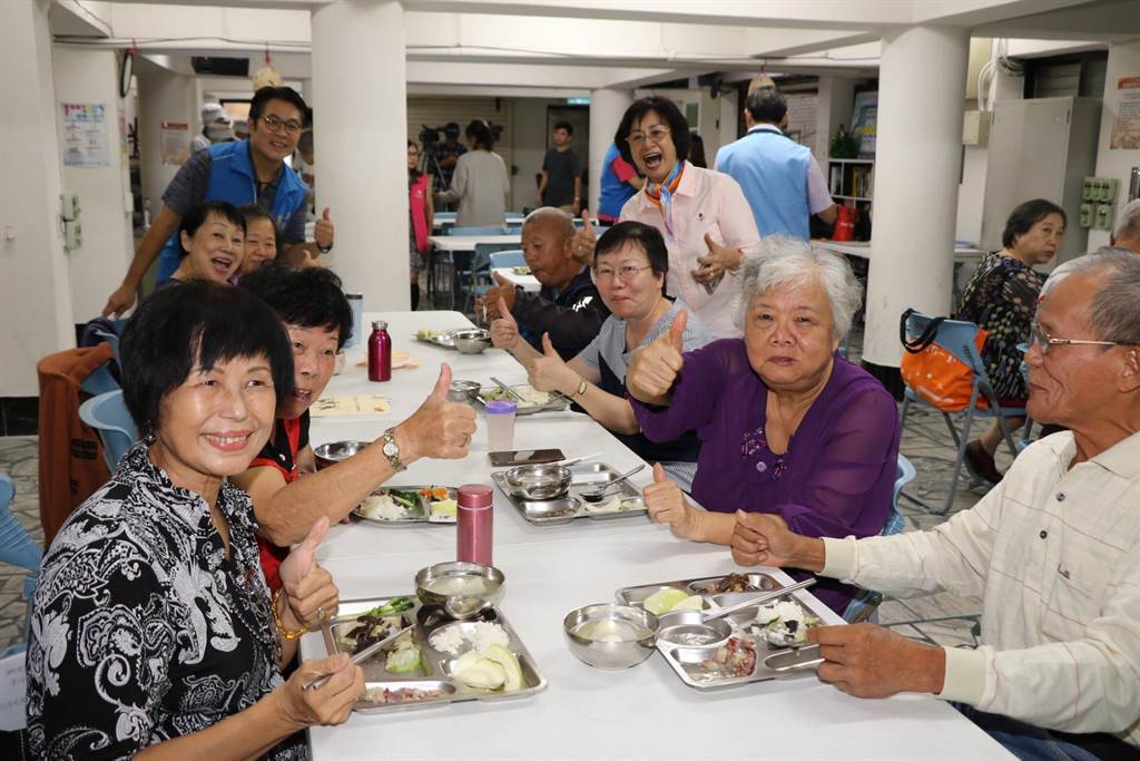 三重東海高中利用果菜公司的NG醜蔬果烹調出一道美味料理。(新北市社會局提供/戴上容新北傳真)