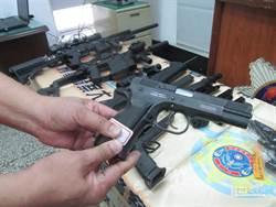 高雄警鬧區攻堅 4樓「飛出」一把M4衝鋒槍險砸行人