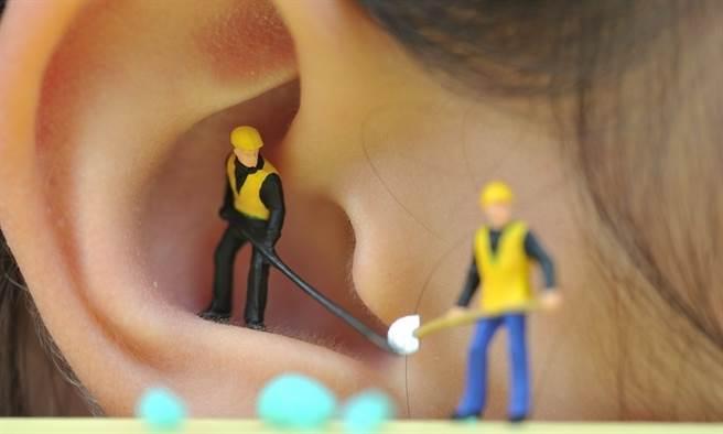不少人都有耳朵進異物的經驗,雖然耳朵卡異物不是病,但痛起來簡直要人命。(圖/陳德信)