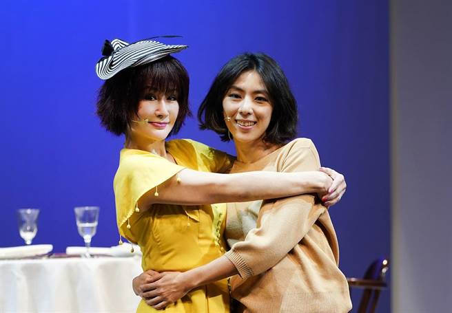 林辰唏(右)剛遭逢喪母之痛,《最後一封情書》裡的媽媽潘迎紫給她很多溫暖。(全民大劇團提供)