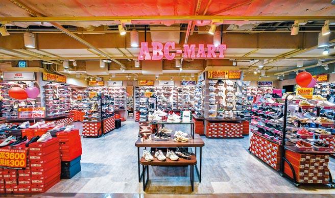 比漾廣場B1本月新引進ABC-MART,複合25個運動潮流鞋款。(盧禕祺攝)
