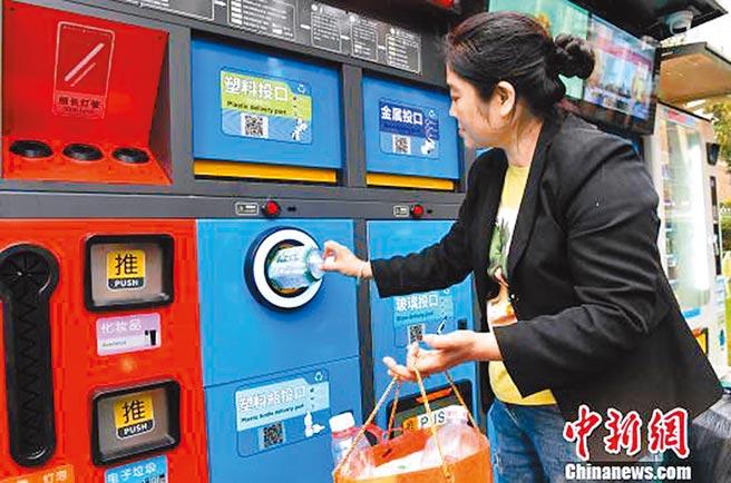重慶市綦江區千山半島社區智慧垃圾箱提供市民垃圾分類更便捷的服務。(取自中新網)