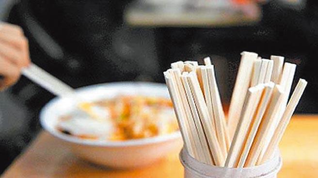 餐飲經營單位和餐飲配送服務不得主動向消費者提供一次性餐具。(取自新浪微博@央視新聞)