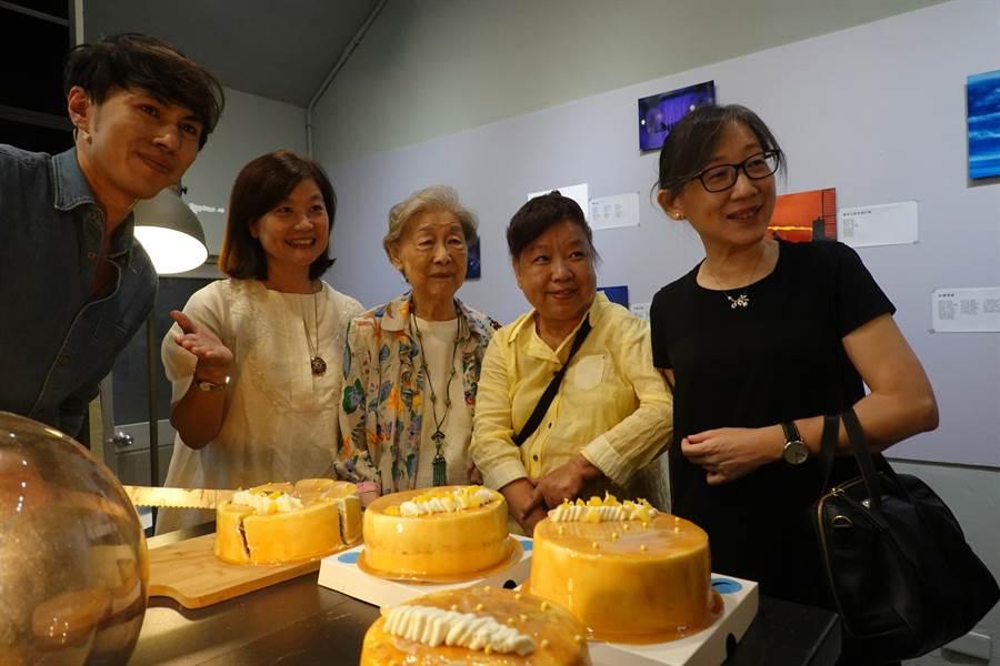 青年主廚江舟航(左)以余光中老師的經典詩作<西子灣的黃昏>為靈感,創作屬於余老的專屬甜點,16日讓大家先嘗為快。(曹明正攝)