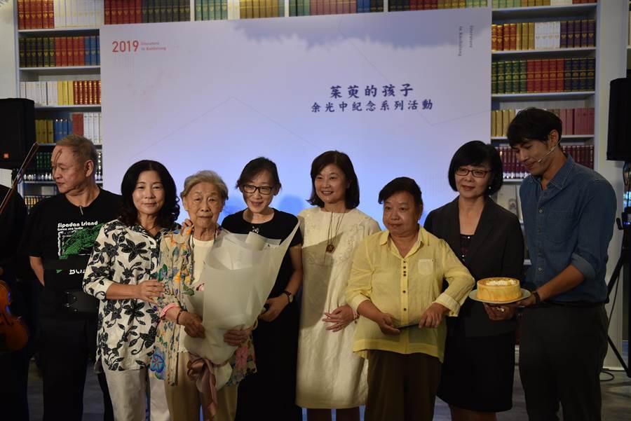 高市府文化局16日在高雄文學館宣布,將從18日起至27日舉辦「茱萸的孩子–余光中紀念系列活動」。(曹明正攝)