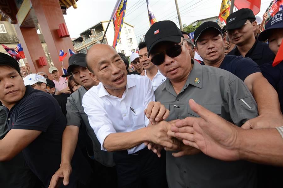 高雄市長韓國瑜16日到屏東六堆忠義祠,被熱情群眾包圍。(林宏聰攝)