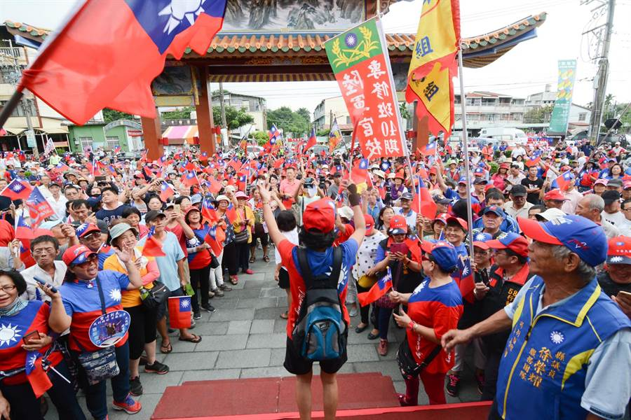 高雄市長韓國瑜16日到屏東六堆忠義祠,現場高唱《客家本色》。(林宏聰攝)