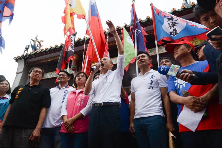 高雄市長韓國瑜16日到屏東六堆忠義祠,和屏東縣立委參選人周佳琪(韓左)和葉壽山(韓右)同台。(林宏聰攝)