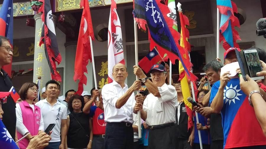 高雄市長韓國瑜16日到屏東六堆忠義祠,授旗給六堆各堆戰旗。(潘建志攝)
