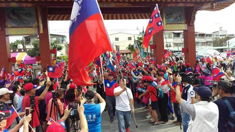 高雄市長韓國瑜16日到屏東六堆忠義祠,要進場時群眾熱情。(潘建志攝)
