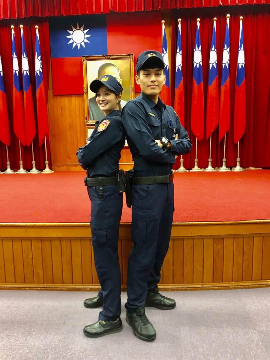 「高院周子瑜」稱號的女法警陳詩涵,與帥氣法警鍾子毅,2人搭檔展示新制服。林偉信攝