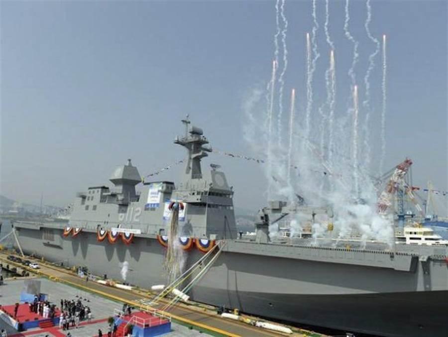 韓國第二艘獨島級兩棲攻擊艦下水,其執政黨已開始計劃建造首艘大型航母,排水量可能在7萬噸左右。(圖/推特 @indomiliter)