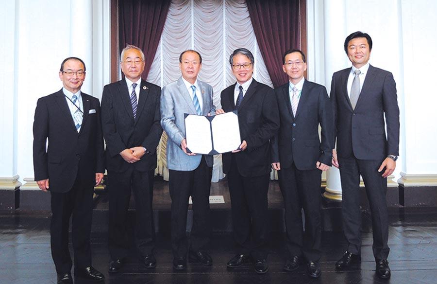 TJPO呂正欽執行長(右三)與大阪府西田淳一部長(左三)簽署合作備忘錄。圖╱工業局提供