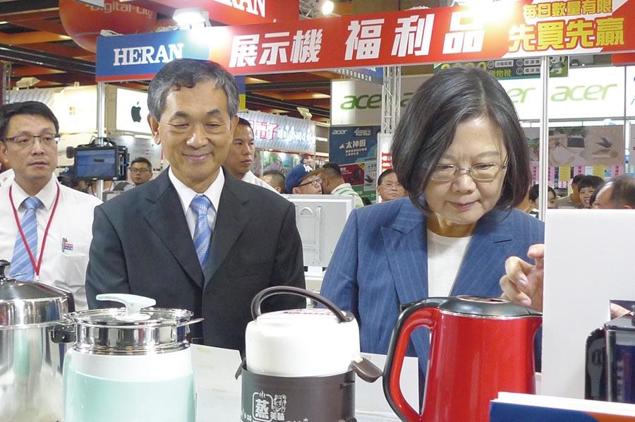 禾聯碩總經理林欽宏(中)、副總洪堯鴻(左)陪同總統蔡英文參觀展出的各類家電產品。圖/黃臺中