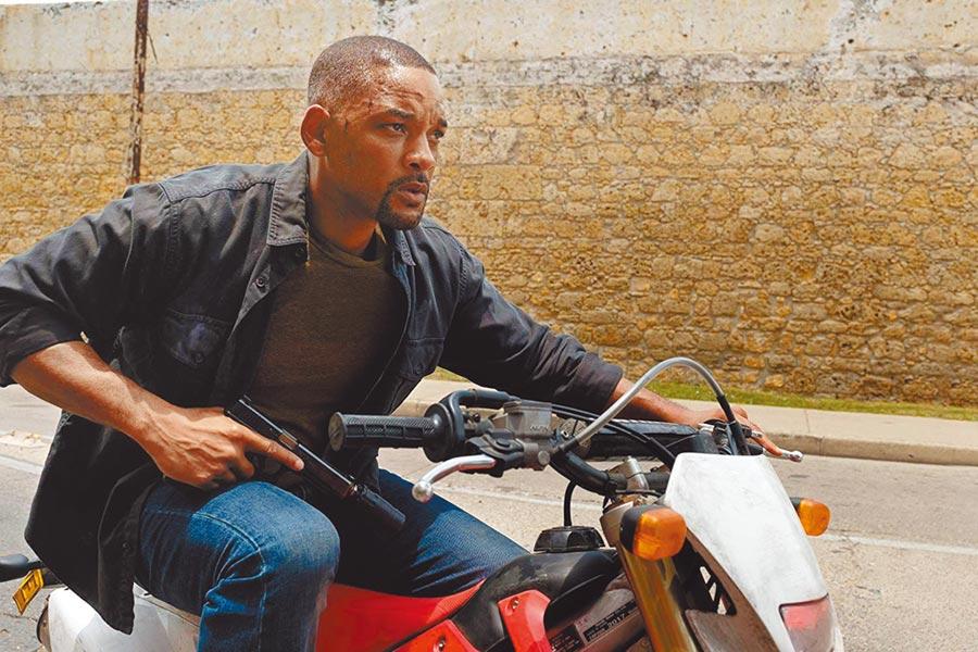 威爾史密斯在電影中受到比自己小20幾歲的複製人追殺。(UIP提供)
