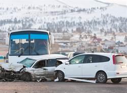 影》公路燒成火海 沙巴士汽車相撞35慘死