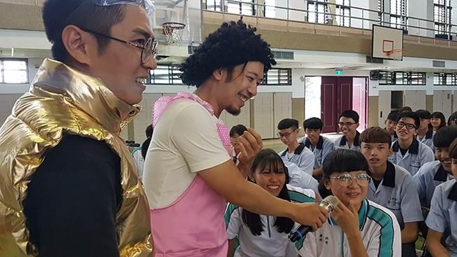玉里高中踴躍舉手回答問題並與演員熱情互動(黃珈綺攝)
