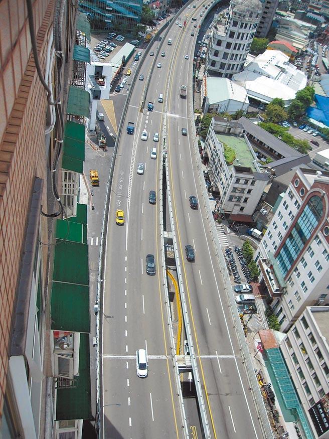 有民眾開車行經台64線快速道路時,遭檢舉魔人惡意逼車,還被警方舉發4張罰單。(本報資料照片)