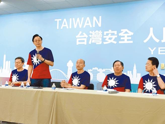 國民黨總統參選人韓國瑜(右三)10日與國政顧問團成員,發表兩岸政策白皮書。(本報系資料照片)
