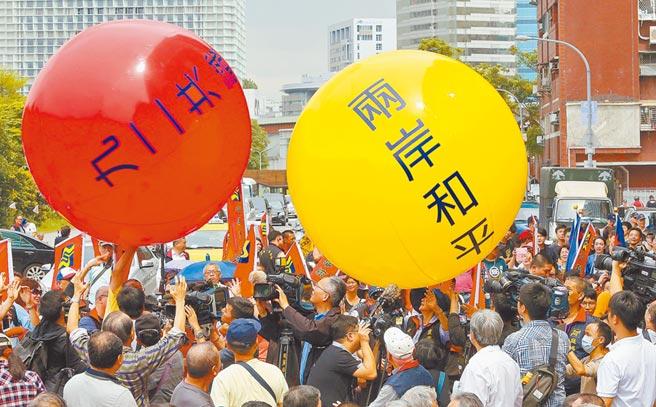 國台辦16日表示,堅持九二共識就能改善兩岸關係。圖為2016年5月18日,民眾籲蔡總統堅守九二共識。(本報系資料照片)