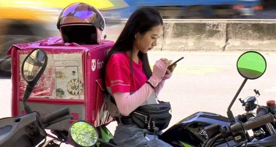 網友指出女外送員外型撞臉「重量級張家寧」。(圖/摘自臉書爆廢公社二館)
