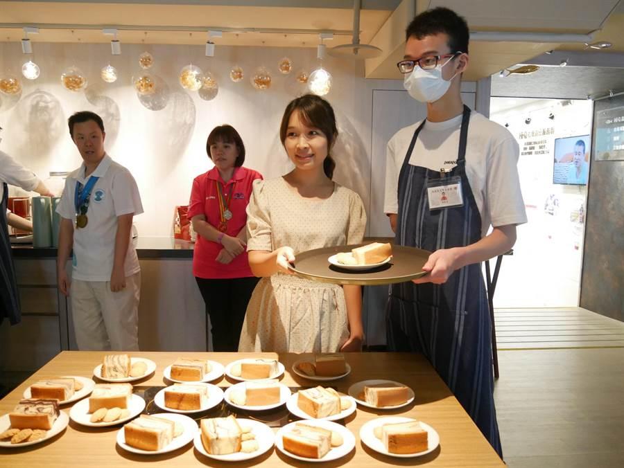 「等路下午茶」邀請12至16位的大安高工身心障礙的孩子為顧客服務。(厚道社會服務聯合會提供/林良齊台北傳真)