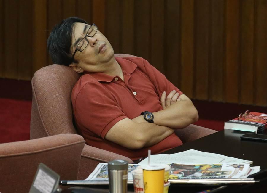 民進黨籍立委段宜康,屢屢因爆料發言遭告吞敗,卻賴著不肯兌現諾言吞曲棍球。(中時資料照)