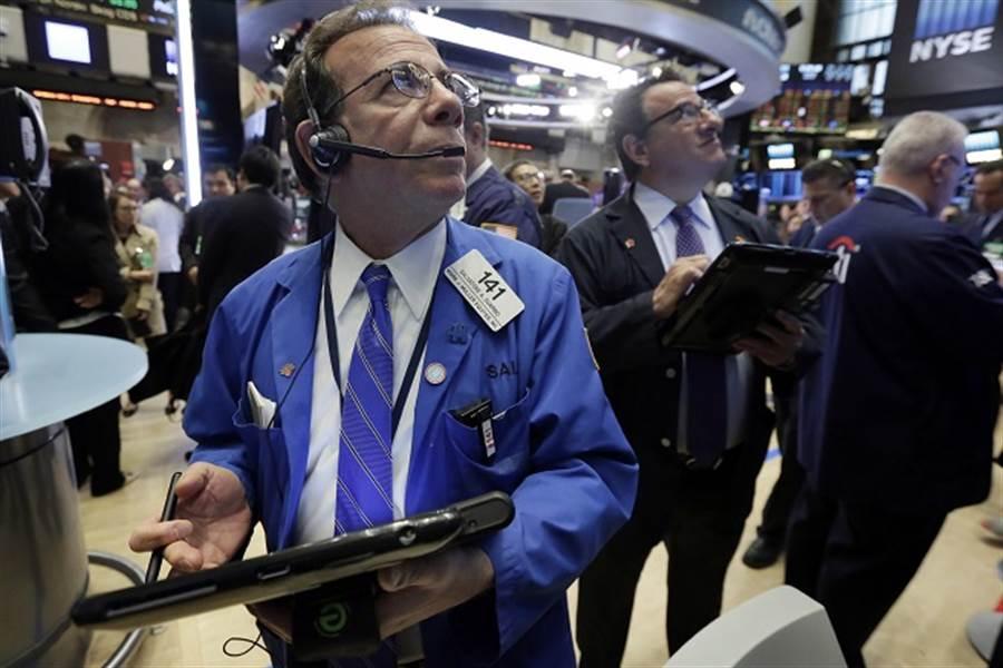 川普若再徵關稅,對沖基金大老警告,美股恐慘崩6700點。(美聯社資料照)