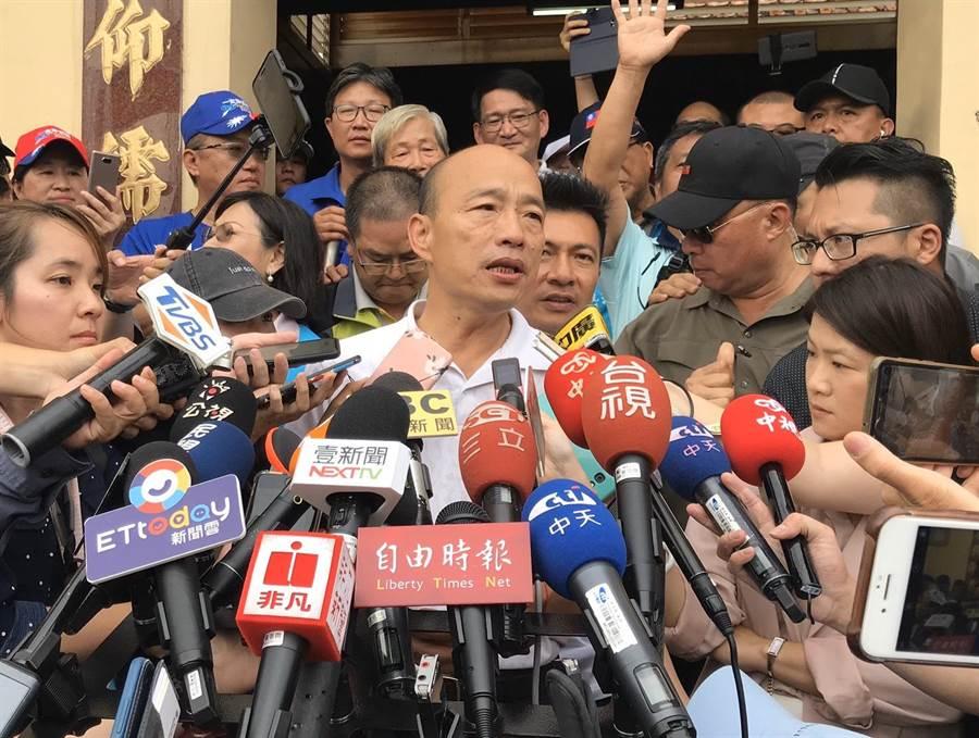 國民黨總統參選人韓國瑜(中)17日下午2點到屏東內埔天后宮昌黎祠參拜,會後在媒體聯訪中表示,若他當選總統,一定主動廢掉一例一休。(林宏聰攝)