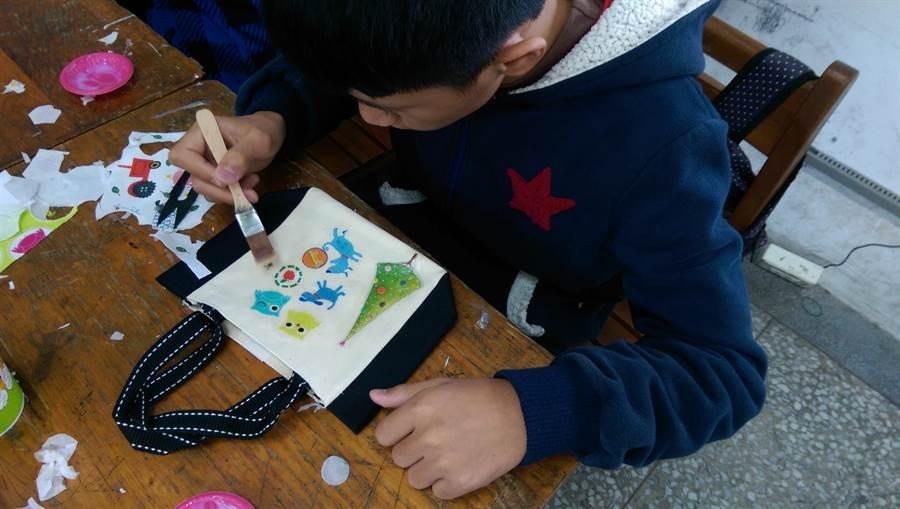 老師們最喜歡手作類的課程,在小朋友們動手DIY的過程裡,找到成就感,培養自信心。(楊立如提供/王昱凱花蓮傳真)