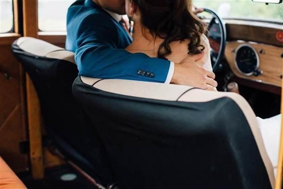 退休人夫在車上與別人的妻子啪啪啪,被妻子偷偷放置錄音筆錄下鹹濕對話和喘息呻吟聲。(示意圖/達志影像/shutterstock提供)