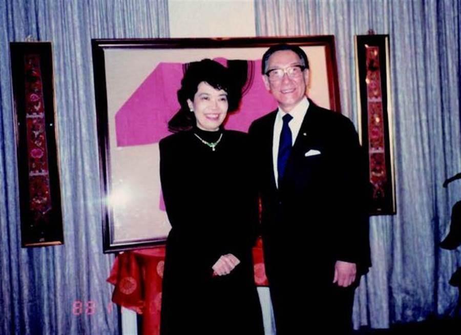 與蔣家交好的資深媒體人鄭佩芬(左),當年與蔣緯國(右)合影。(圖/時報出版提供)
