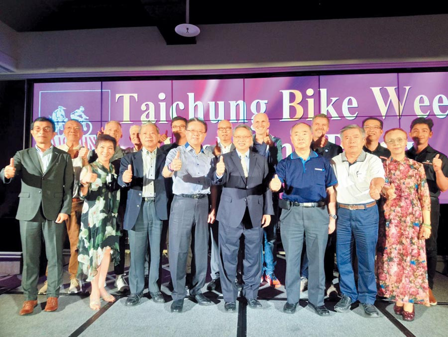 台灣自行車公會理事長曾崧柱(前排左四)與相關產業大老,16日晚共同為「台中自行車週」揭幕。圖/曾麗芳
