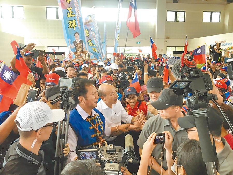 國民黨總統參選人韓國瑜16日走訪屏東出席固本會報,獲得民眾熱烈歡迎。(中央社)