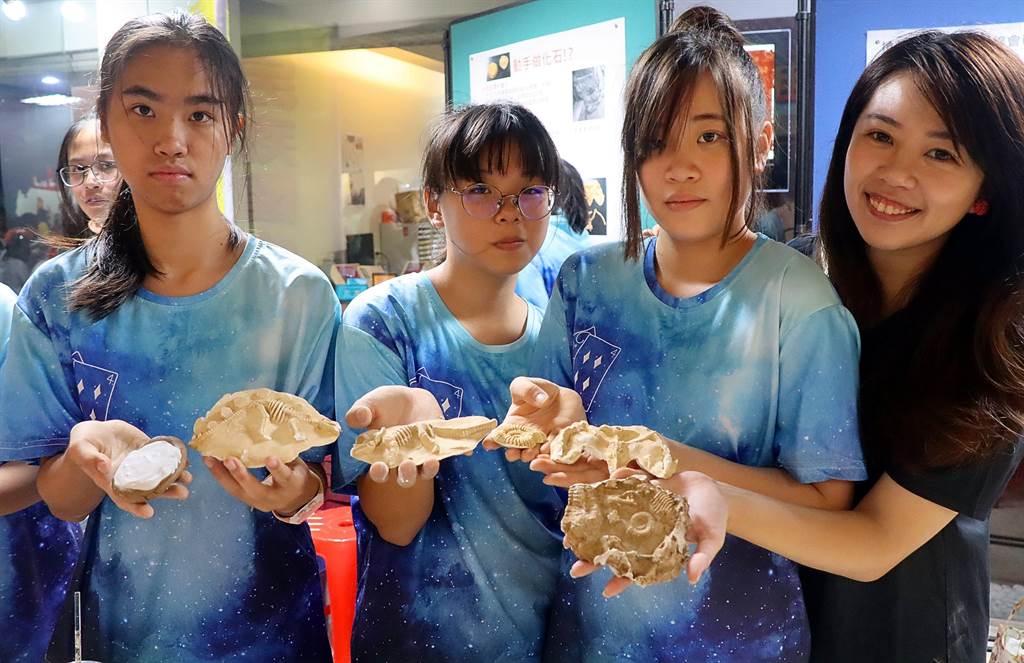 民族國中地球科學老師陳怡君(右一)帶領學生製作擬真化石。(袁庭堯攝)
