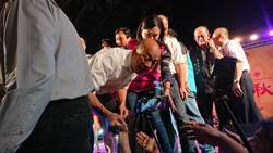 韓國瑜參拜龍崎文衡殿  瘋狂民眾簇擁上台