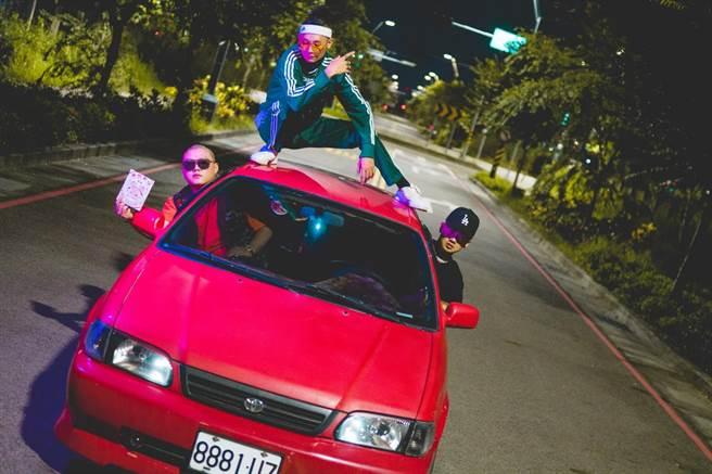 嘻哈團體「臭屁嬰仔」新歌〈暗號〉中,不斷唱著「開著我的Toyota」,象徵乘載他們滿滿的回憶。(混血兒娛樂提供)