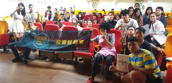 臺灣觀光學院師生展現朝陽熱情與主持人及演員合影留念(戴有良攝)