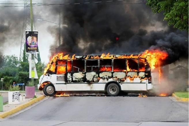 販毒集團和警方互相攻擊,連路上的車輛都未能倖免。(路透)
