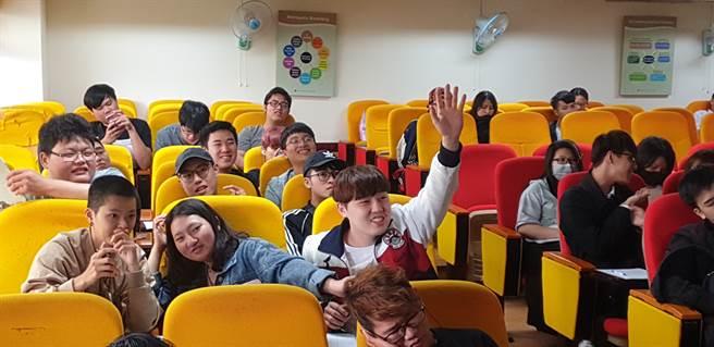 學生展現同學愛主動分享答案且踴躍舉手回答,並在會後與主持人歡樂合影(戴有良攝)