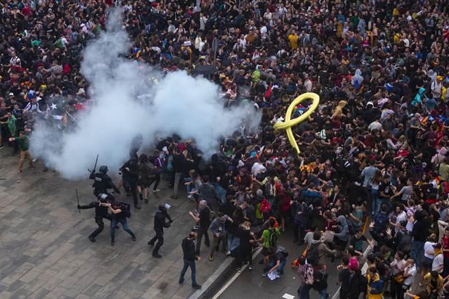 西班牙加泰隆尼亞獨立運動人士學習香港反送中,發動群眾堵塞鐵公路,並佔領巴塞隆納機場。圖為數千加泰獨立運動示威者在機場與警方對峙。(圖/美聯社)