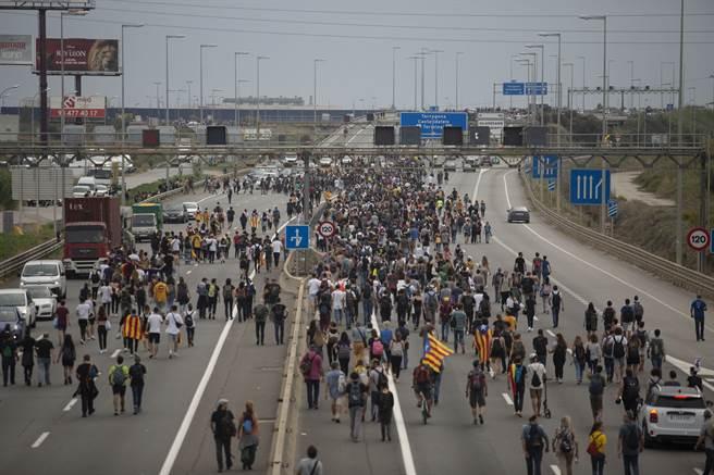 加泰獨立運動組織號召群眾佔領機場,導致巴塞隆納機場百餘航班取消。西班牙政府與社會輿論都對這套香港的示威方式與效率大為震驚。(圖/美聯社)