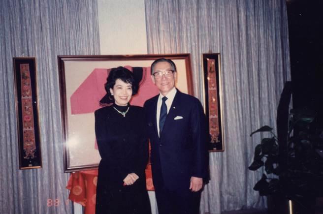 鄭佩芬與蔣家關係密切,圖為她與蔣緯國合影。(本報系資料照)