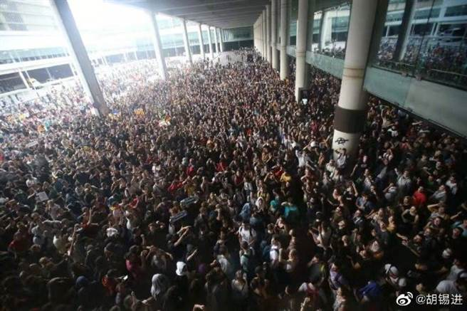 加泰隆尼亞獨立運動發動群眾佔領巴塞隆納機場,成功癱瘓機場運作。他們的口號是:「要做第二個香港」。(圖/新浪微博@胡錫進)